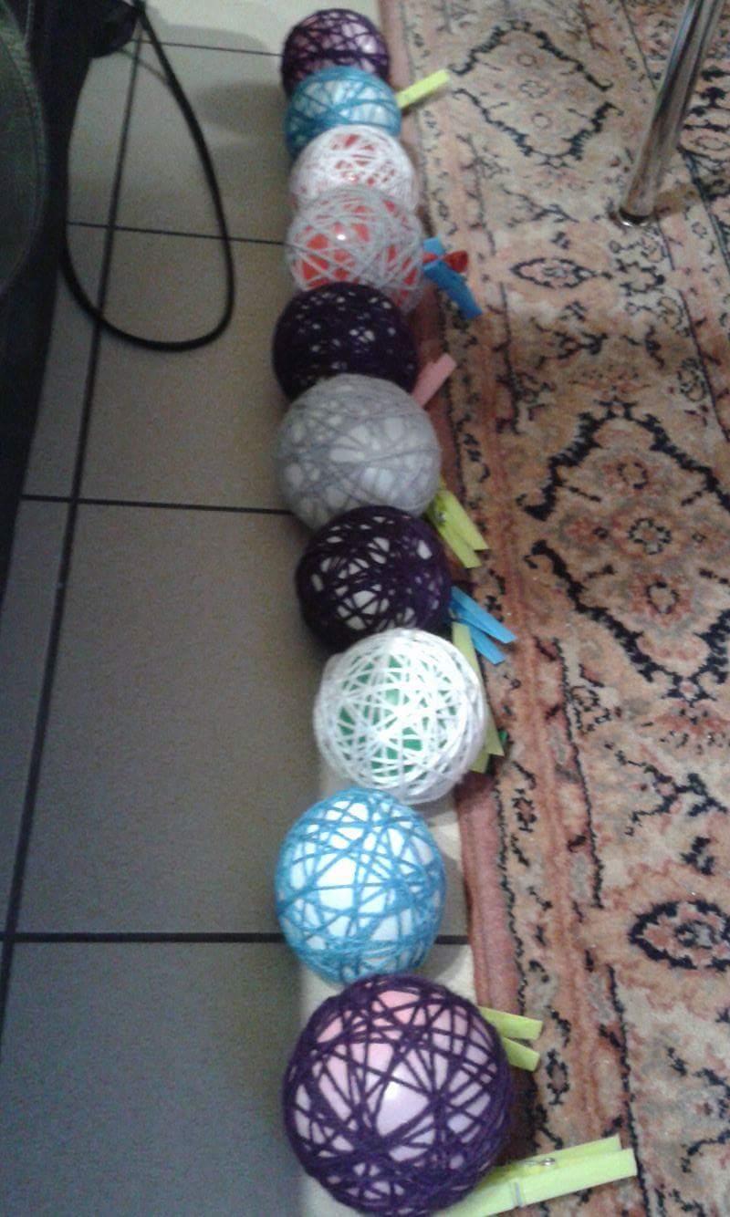 Enroulez la laine autour des ballons de baudruche
