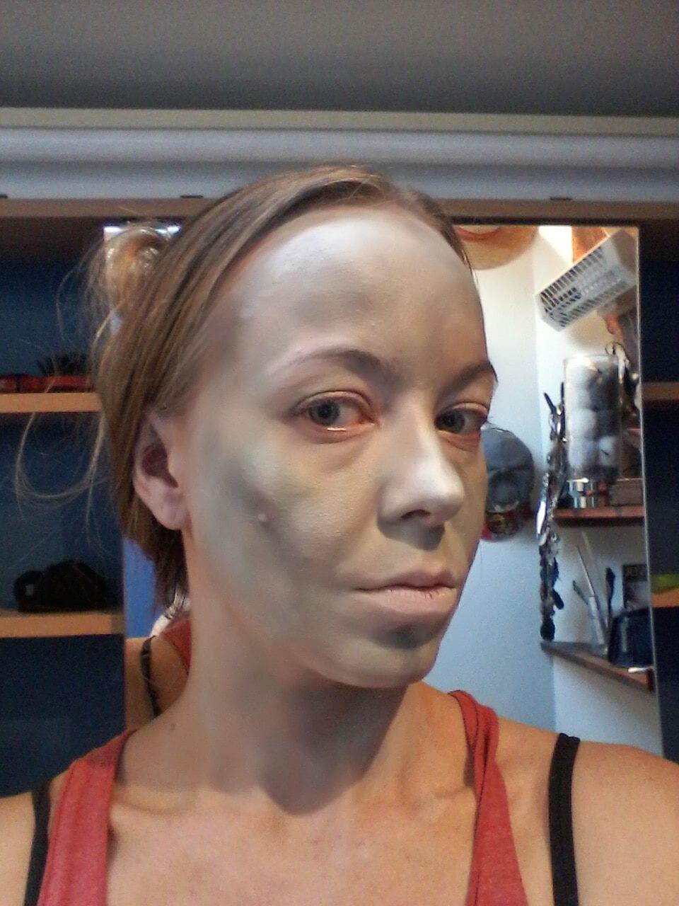 Maquillage halloween - l'exorciste - visage peint en blanc + vert