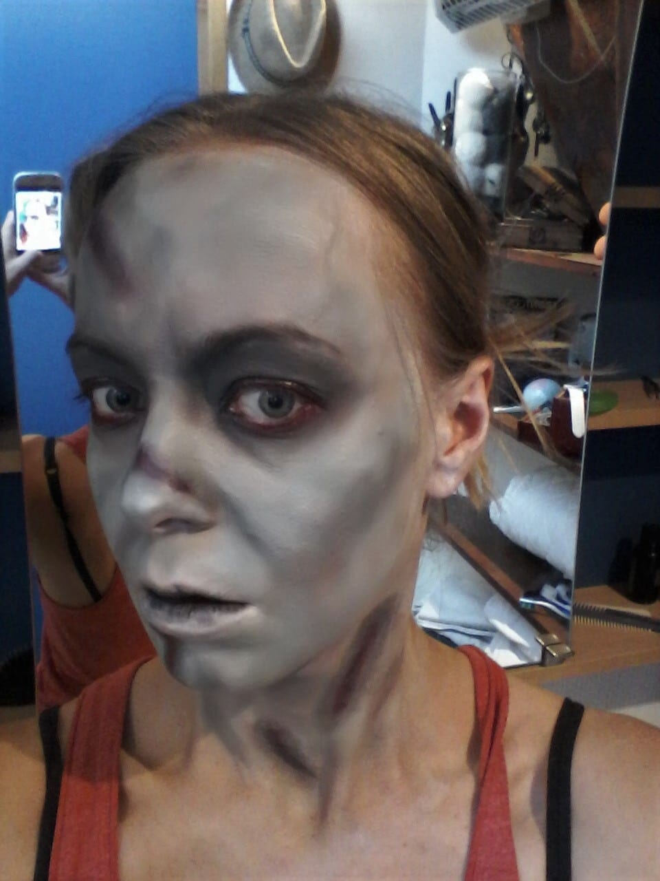 Maquillage halloween - l'exorciste - yeux noirs et rouge