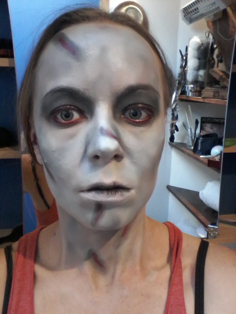 Maquillage halloween - l'exorciste - yeux noirs2