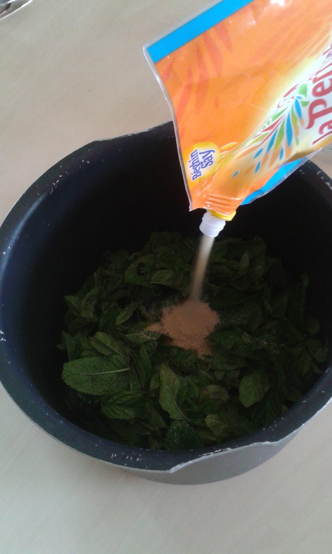 Recette sirop de menthe maison - ajouter le sucre